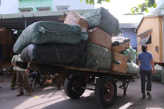 Phát hiện 10 tấn hàng lậu trên tàu hỏa - Ảnh 1.