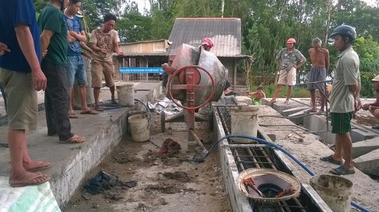Đang trộn bê tông, 1 công nhân bị điện giật chết thương tâm - Ảnh 1.