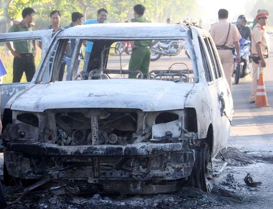 Phát hiện nhiều vết máu và hung khí nơi ô tô 7 chỗ cháy trơ khung - Ảnh 2.