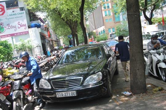 Chiều 10-4, gần giao lộ Nguyễn Du - Pasteur, xe hơi đậu nhiều giờ trên vỉa hè chắn hết lối đi người đi bộ