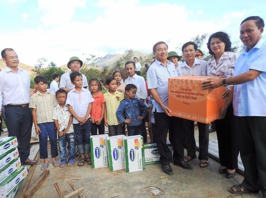 Vinamilk tặng sữa cho trẻ em vùng lũ - Ảnh 1.