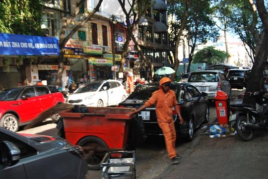 Đoạn Tôn Thất Đạm - Hàm Nghi xe đậu ngổn ngang thành hàng, đến cả công nhân vệ sinh cũng phải bức xúc vì không thể đẩy xe vào lấy rác