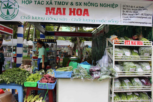 Gian hàng nông sản sạch của chị Mai Hoa (Huyện Hóc Môn,TPHCM) trưng bày nhiều mặt hàng, các loại rau củ sạch có bao bì và nhãn mác rõ ràng.