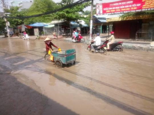Con đường nước ngập giữa nắng thiêu ở TP HCM - Ảnh 4.
