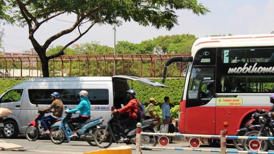 Xe khách Thành Bưởi đậu dưới lòng đường Nguyễn Văn Cừ để đón, trả khách từ các xe trung chuyển