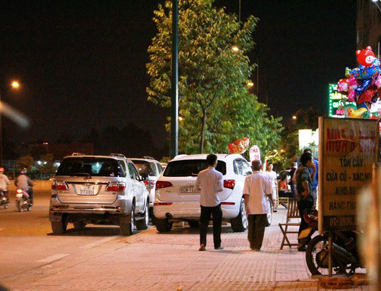 Ô tô đậu dưới lòng đường, trên vỉa hè trước nhà hàng Hải Châu (đường Phạm Văn Đồng, phường Linh Đông, quận Thủ Đức) tối 16-4