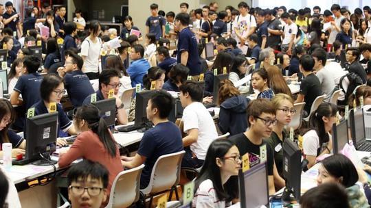 Giới trẻ Hồng Kông học không có giờ ngủ - Ảnh 1.