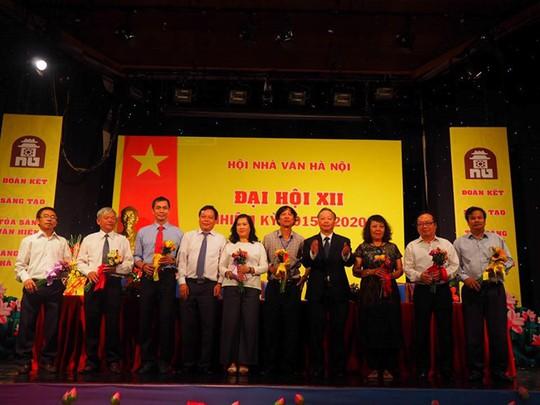 Nhà văn Nguyễn Thị Thu Huệ đắc cử Chủ tịch Hội Nhà văn Hà Nội - Ảnh 2.