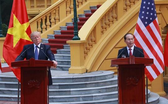 Chủ tịch nước và Tổng thống Donald Trump họp báo tại Phủ Chủ tịch - Ảnh 3.