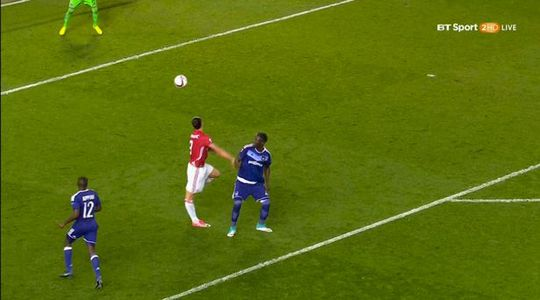 Hình ảnh quay lại cho thấy chân Ibrahimovic bị cong ra phía sau