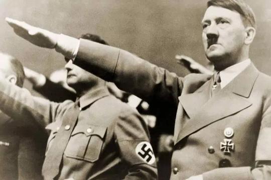Chào kiểu Hitler, 2 khách Trung Quốc bị bắt ở Đức - Ảnh 2.