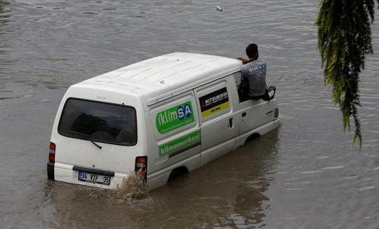 Mưa lớn, xe cộ bị nhấn chìm, người bơi trên phố - Ảnh 8.