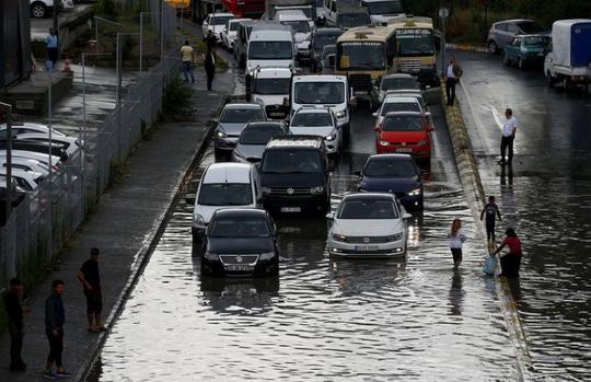 Mưa lớn, xe cộ bị nhấn chìm, người bơi trên phố - Ảnh 6.