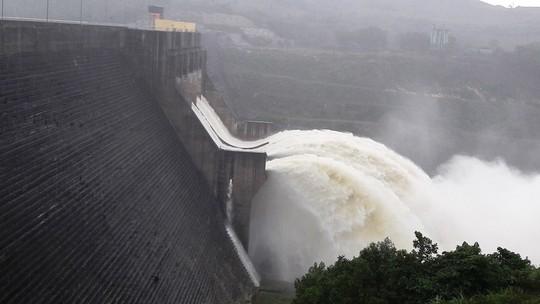 Lũ vừa rút lại có mưa lớn, Quảng Nam yêu cầu 4 thủy điện xả lũ - Ảnh 1.
