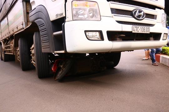 Xe tải nuốt xe máy, một cô gái thiệt mạng - Ảnh 2.