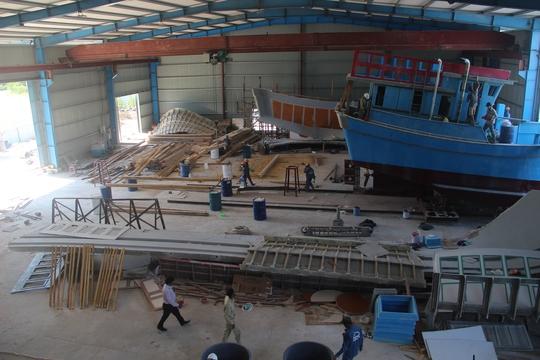 Đột kích 1 nhà máy đóng tàu composite lớn nhất nước - Ảnh 1.