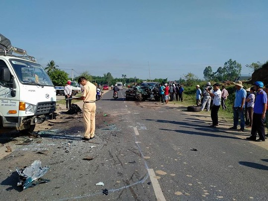 Xe con nát đầu sau va chạm với xe tải, 3 người bị thương - Ảnh 1.