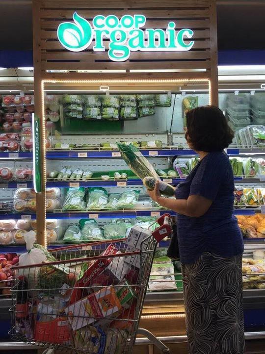 Rau hữu cơ tràn vào siêu thị, giá đến 60.000 đồng/kg - Ảnh 1.