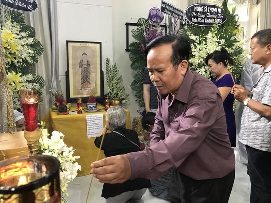 NSƯT Giang Châu thắp hương tiễn biệt NSƯT Thanh Sang