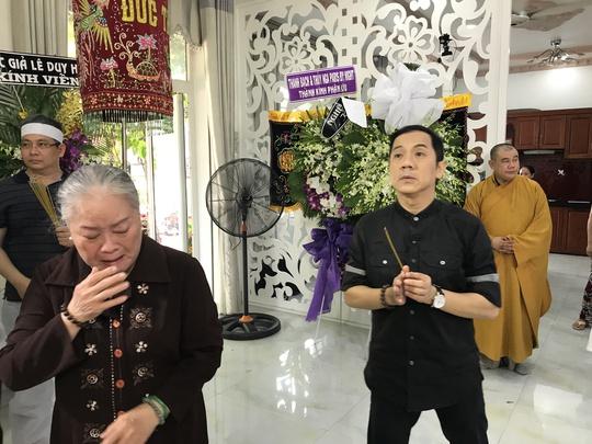 NSƯT Thanh Nguyệt khóc nức nỡ, NSƯT Thành Lộc đau buồn đến viếng NSƯT Thanh Sang