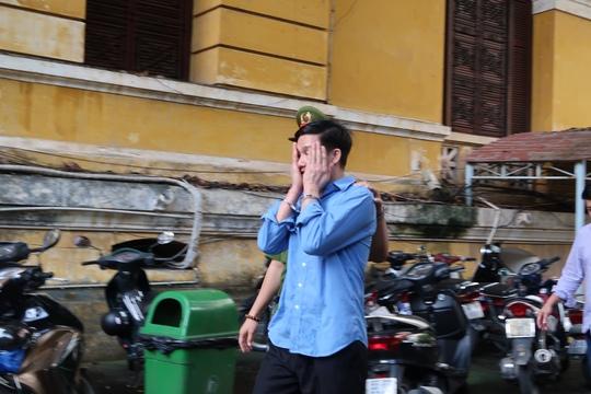 Tài xế Uber giật điện thoại du khách giữa Sài Gòn - Ảnh 1.