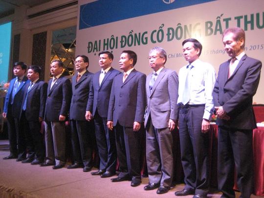 Tại đại hội cổ đông bất thường năm 2015, ông Naoki Nishizawa (người thứ 3 tính từ bên phải) được các cổ đông bầu chọn làm thành viên HĐQT Eximbank
