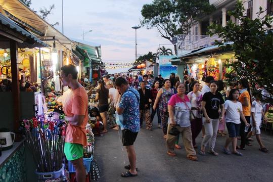Chợ đêm mới hoàng hôn đã đông du khách