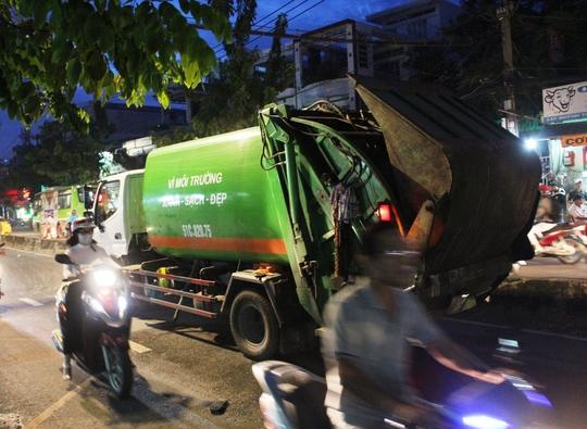 Xe rác chạy ngược chiều tông thiếu niên đi bộ - Ảnh 1.
