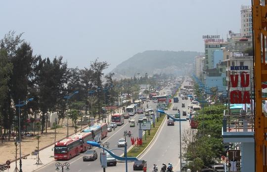 Đường Hồ Xuân Hương luôn trong tình trạng chật kín ô tô qua lại