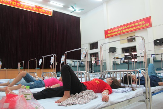 Quá tải, hội trường thành phòng bệnh điều trị sốt xuất huyết - Ảnh 2.