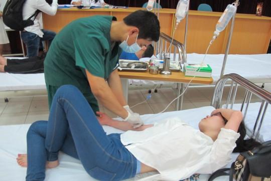 Quá tải, hội trường thành phòng bệnh điều trị sốt xuất huyết - Ảnh 8.