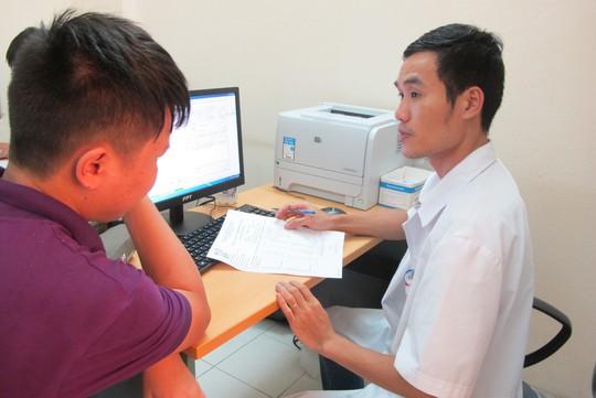 Quá tải, hội trường thành phòng bệnh điều trị sốt xuất huyết - Ảnh 18.
