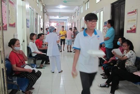 Quá tải, hội trường thành phòng bệnh điều trị sốt xuất huyết - Ảnh 22.
