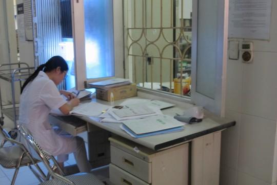Quá tải, hội trường thành phòng bệnh điều trị sốt xuất huyết - Ảnh 13.
