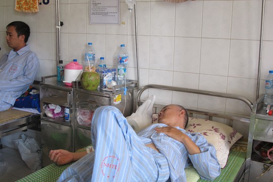 Quá tải, hội trường thành phòng bệnh điều trị sốt xuất huyết - Ảnh 11.