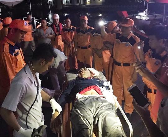 Tai nạn bất ngờ trên biển, hai ngư dân 1 chết, 1 bị thương - Ảnh 2.
