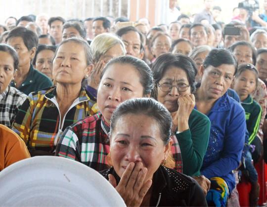 Nhiều người bật khóc tại lễ tưởng niệm nạn nhân bão Linda - Ảnh 2.