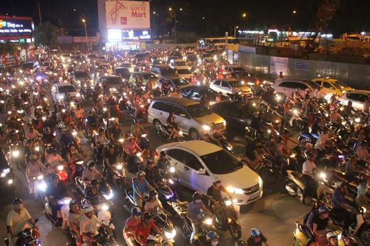 Khoảng 22 giờ đêm, tình trạng giao thông bắt đầu ổn định hơn, nhưng việc lưu thông qua khu vực vẫn hết sức khó khăn.