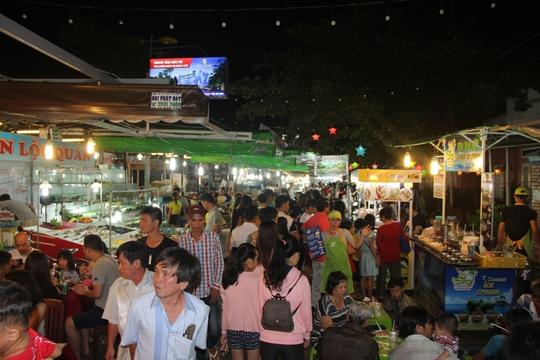 Chợ đêm Phú Quốc đón khách du lịch tấp nập trở lại - Ảnh 8.