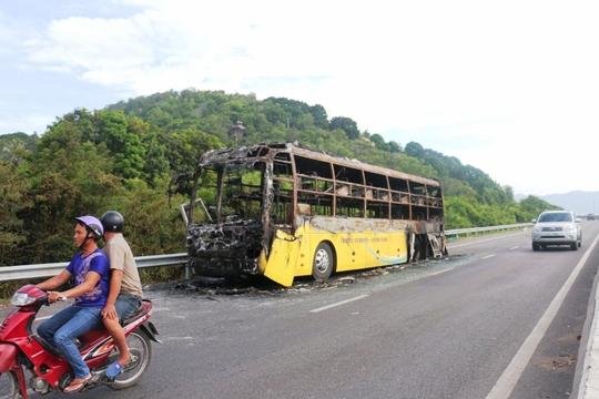 Cháy xe giường nằm dữ dội ở Nha Trang - Ảnh 4.