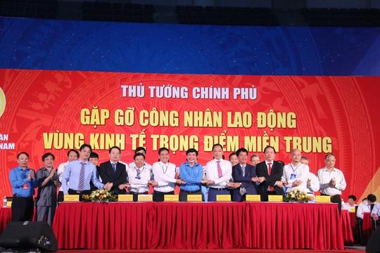 Tổng LĐLĐ Việt Nam ký kết chương trình hợp tác với 8 doanh nghiệp