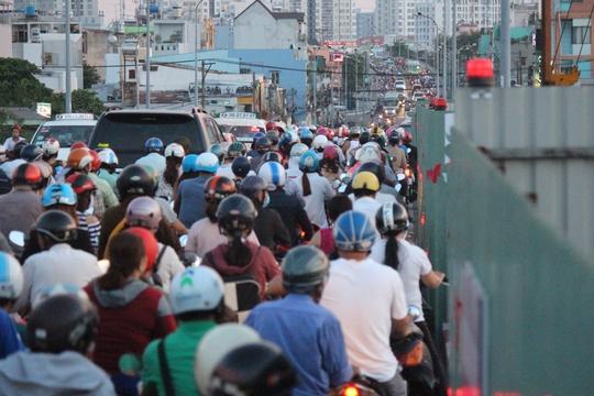 Theo quan sát của phóng viên, cầu Nguyễn Tri Phương đang được thi công thêm 3 nhánh cầu để giảm tình trạng kẹt xe. Tuy nhiên, tiến độ thi công khá chậm chạp, lô cốt ngổn ngang trên cầu khiến tình trạng kẹt xe kinh khủng hơn.