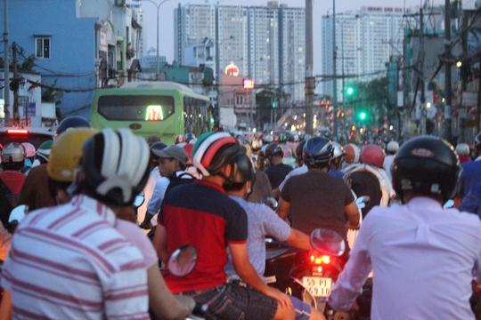 Dốc cầu Chánh Hưng khá lớn nên việc xe cộ ùn tắc ngay đèn đỏ ở chân cầu là hết sức nguy hiểm. Nhiều xe không kịp thắng thường xảy ra va chạm.