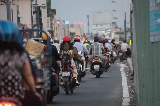 So với các cây cầu khác, cầu Nguyễn Văn Cừ có phần thông thoáng hơn. Tuy nhiên, tình trạng ùn ứ giao thông vẫn thường xuyên xảy ra hai bên đầu cầu tại các đường ngang Trần Hưng Đạo và Dương Bá Trạc. Hiện tại, một nhánh cầu Nguyễn Văn Cừ mới đang được xây dựng để giảm tình trạng kẹt xe.