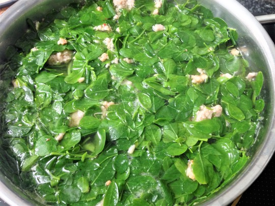 Thơm ngon, bổ dưỡng canh rau chùm ngây nấu tôm - Ảnh 1.