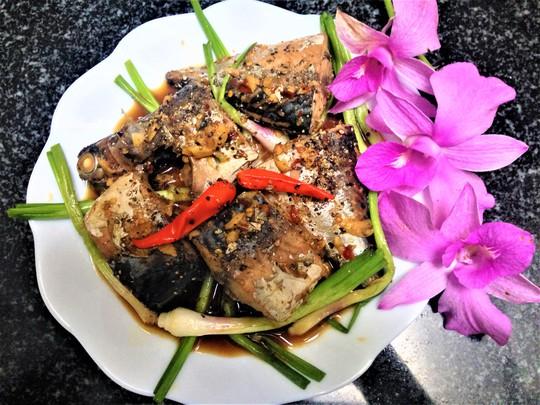 Ngon cơm ngày mưa với cá ngừ kho tỏi ớt - Ảnh 5.