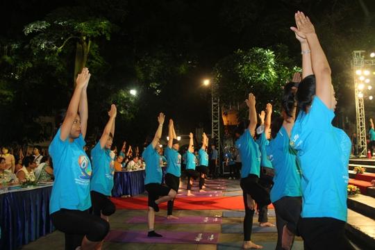 Màn trình diễn Yoga của 4.000 người trên phố đi bộ Hồ Gươm - Ảnh 6.
