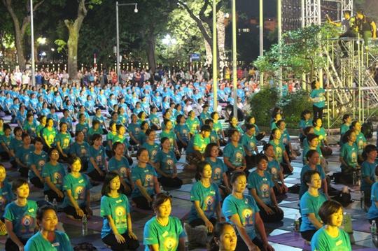 Màn trình diễn Yoga của 4.000 người trên phố đi bộ Hồ Gươm - Ảnh 11.