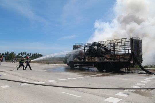 Nghẹt thở xem tài xế điều khiển xe tải bốc cháy ngùn ngụt - Ảnh 3.
