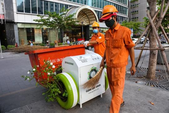 30 thùng rác lọc nước, trồng cây xanh được đặt tại Phố đi bộ Nguyễn Huệ. Dự kiến sẽ ra mắt thêm thùng rác có tính năng phát sóng wifi